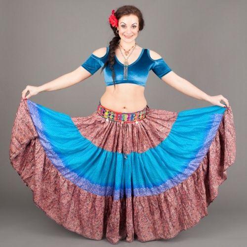 Vintage sari fabric skjørt ca. 11 meter i vidde!  Helt unike alle som en laget av resirkulerte sari stoffer fra India.Bruk de til fest, til stranda, hjemme eller til Roman - tyrkisk dans, Gypsy, ATS, Tribal... Elastisk livvidde/hofte : fra ca. 78 cm. - 127 cm. Lengde på dette skjørtet: 95 cm. (Det er variasjon i lengde på alle skjørtene!)  ONE SIZE AND ONE SKIRT ONLY!  Vintage sari fabric skirt 12 yards ! 3 panels and Not Two Alike ! These are recycled an...