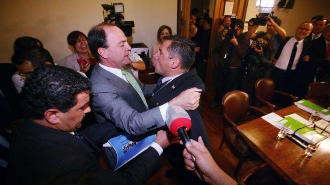 Evangélico intentó agredir a parlamentarios tras aprobación de AVP en comisión - Cooperativa.cl