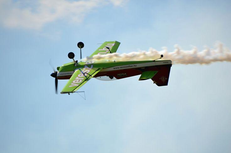 Zoltan Veres airshow plane na slovensku acrobat green and red plane hungaria hungary