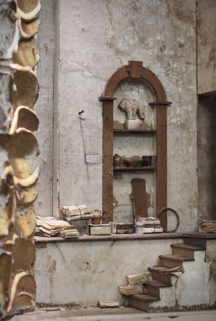 Peter Gabrielse, box maker. 'Fragment van een witte kast', Gemengde techniek, 88 x 63 x 13 cm Na een loopbaan als decorontwerper is Peter Gabrielse al ruim 30 jaar kijkkastenmaker. Met behulp van oude en antieke materialen creeert hij interieurscènes in miniatuur. Deze hebben een sterke affiniteit met maquettes van toneeldecors. Een ingebouwde lichtbron versterkt nog eens het reeds aanwezige theatrale effect.
