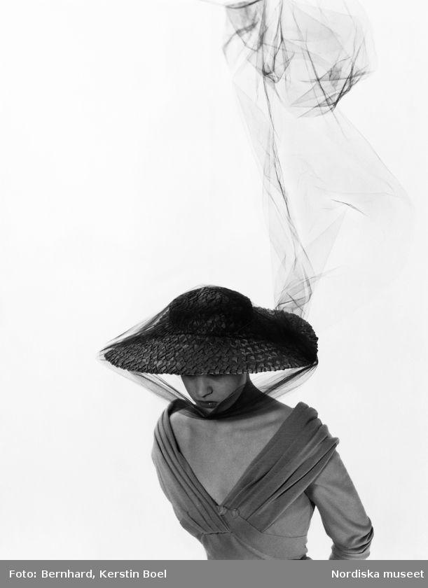 Modell i stråhatt och tyll. Foto: Kerstin Bernhard, 1950