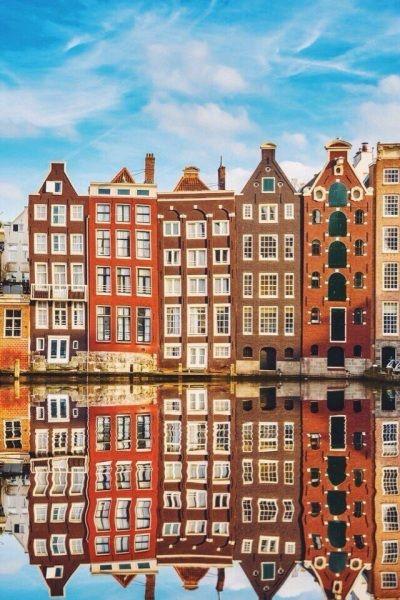 Говорят, что красивее, чем в Амстердаме, нигде не может быть лучше встретить весну. Город и так прелестен, но в это время года особенно. Амстердам просто кипит от туристов, которые наслаждаются каждым уголком этого загадочного городка. А как иначе, если одни дома преображены настолько яркими красками, что кажется они нарисованы или стоят готовые макеты. Город, как иллюстрация, куда бы ни посмотрел везде красота. Все настолько живописно, как будто он из сказки. Мосты, корабли, лодки, где…