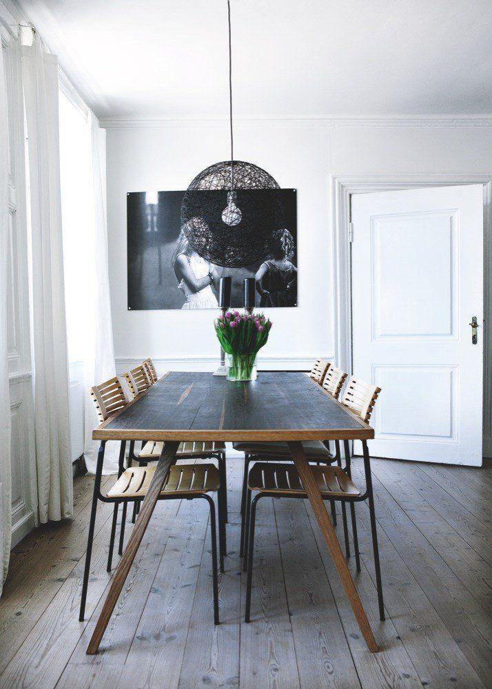 Spisebordet er designet af Nicki Lionett, mens stolene er 'Runner', designet af Kasper Salto