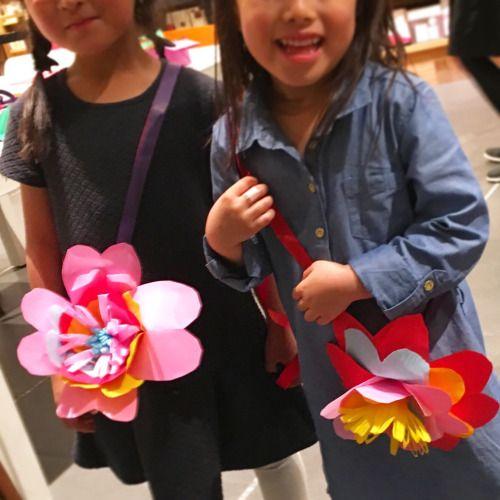 親子で作る紙花のガーランドワークショップ。みんなそれぞれの花ができて面白い!