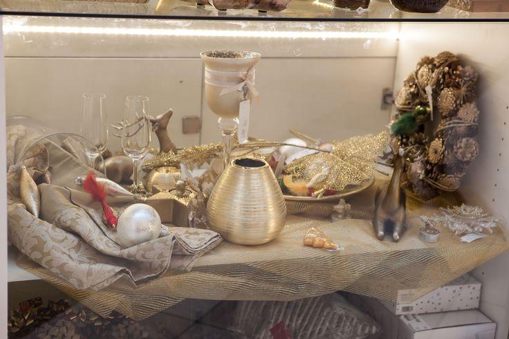 Auriul nobil infrumuseteaza sarbatorile de Iarna #kikaromania #decoratiuni #accesorii #brad #sarbatoriiarna #MosCraciun #masasarbatoare #vesela #zapada #auriu