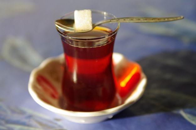 Chá na Turquia - Embora o café turco seja provavelmente a bebida mais famosa do país, o chá turco (ou cay) mais consumido, pois é servido em cada refeição, e em muitos outros momentos do dia. Este chá é geralmente preparado em um bule especial com dois compartimentos e pode ser consumido com ou sem açúcar.