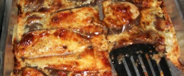 1 ou 2 berinjelas fatiadas, com espessura de aproximadamente 1 cm de largura  - Óleo para untar a forma  - Sal a gosto  - Catchup ou molho pronto de sua preferência o suficiente para cobrir levemente as berinjelas  - 200 g de mussarela em fatias  - Molho de alho (desses que vendem pronto no supermercado)  - Orégano a gosto  -