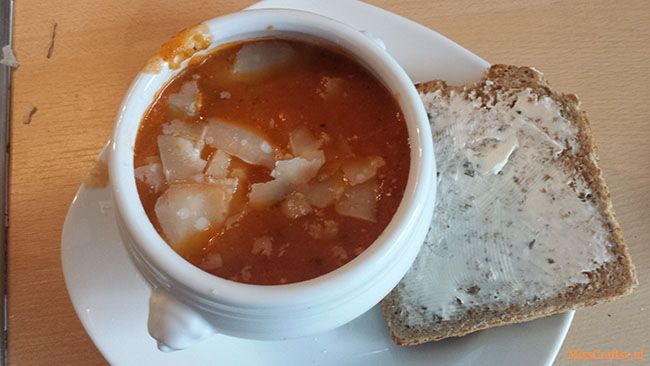 Recept voor tomaten courgette soep. Een heerlijk Italiaans soepje met toast, roomkaas en Parmezaanse kaas