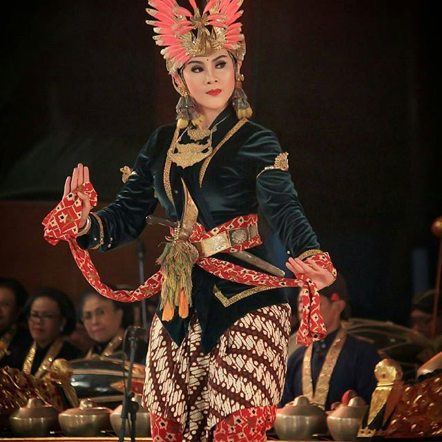 "@aonekoe - ""Beksan golek menak rengganis widaninggar"" penampilan di acara festival adiluhung pandan binetot.di gedung parasmya.komplek pemkab bantul #tari #tarijawaklasik #jogjaclassicaldance #javadance #batik #budayaindonesia #tradisional #yogyakarta #srawungtari #performance #culture #indonesia_amateurphotography"