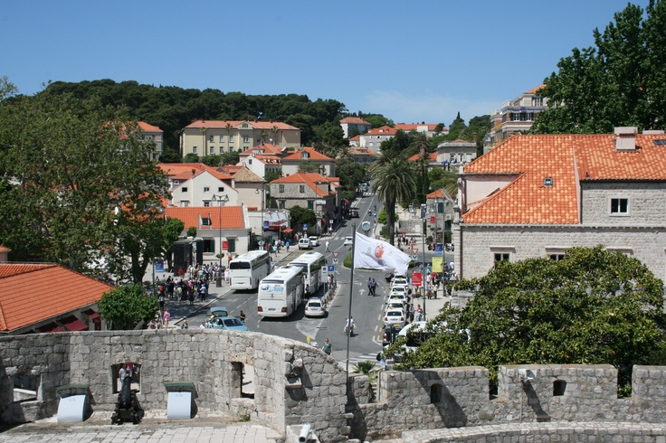 Paikallisbussit pysähtyvät Vanhankaupungin portilla Pilen aukiolla. Local buses stop at the Pile square right next to the old town. #Dubrovnik