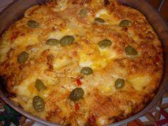 Massa:  - 2 ovos  - 1/2 xícara de azeite  - 1 colher se sopa de fermeto químico, para a massa ficar cremosa ou 1 colher de sopa rasa de fermento biológico seco para massa ficar mais seca  - 2 xícaras de leite  - 2 xícaras de farinha de trigo  - Sal  - Orégano  - Temperos gosto  - Molho:  - 500 g de salsichas em rodelas médias  - 1 lata de molho de tomate  - 1/2 xícara de salsinha picada  - 1 xícara de queijo parmesão ralado grosso  -