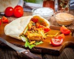 Kebab à l'émincé de poulet à la libanaise : http://www.cuisineaz.com/recettes/kebab-a-l-emince-de-poulet-a-la-libanaise-86895.aspx