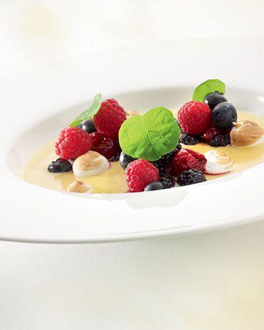 Crème brulée met compote van rode vruchten http://www.njam.tv/recepten/creme-brulee-met-compote-van-rode-vruchten