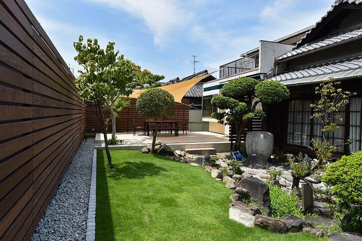 手前の和風の建物と奥の現代的なデッキが違和感のない空間にしたかった。 そのためには、ウリン材の塀と芝生が大きな役割をしている。