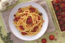 Bucatini con pomodorini confit e cubetti di pancetta