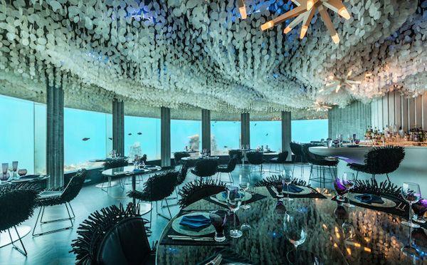 """死ぬまでに訪れたい!水面下6mの""""海中レストラン""""が美しすぎる  世界屈指のリゾート・アイランド、モルディブにあるホテル「PER AQUUM」の「Subsix(サブシックス)」がリニューアルし、話題を呼んでいる。  「サブシックス」は、""""世界初の水中ナイトクラブ""""として、同ホテルで人気を博していたが、このたび新しく""""海中レストラン""""として生まれ変わった。"""