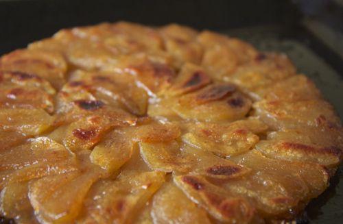 Obracený jablkový koláč - dobré křehké těsto, lépe udělat karamel a do něj pak vyskládat jablka (jako http://www.udvouverunek.cz/2012/06/18/francouzsky-obraceny-jablecny-kolac/)