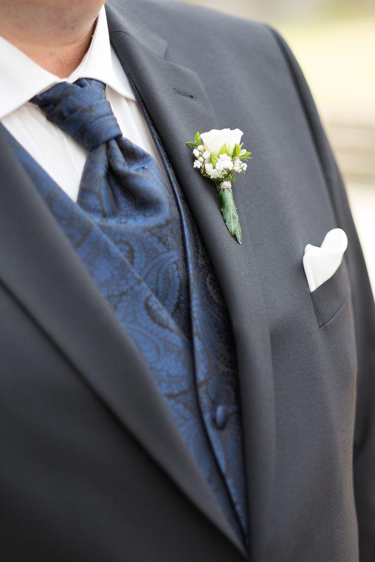 Die Broschenblume des Bräutigams mit einer kleinen Rose. Foto: Jennifer & Thorste …   – Bräutigam