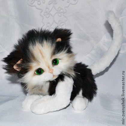 Котейка. Подарок покупателю.. Черно-белый котейка в стиле натюр, пушистенький, приятный малыш. Сидя длина 16 см. Сшит по технологии тедди из альпаки (черная с коричневым подшерстком) и итальянской вискозы.  Голова и лапки подвижны на шплинтах, хвостик…