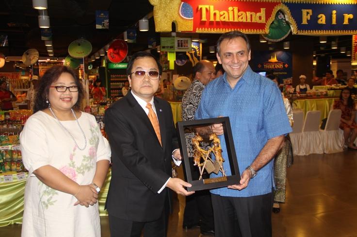 Penukaran cinderamata khas masing-masing Negara antara Dubes Thailand dan CEO PT Hero Supermarket Tbk