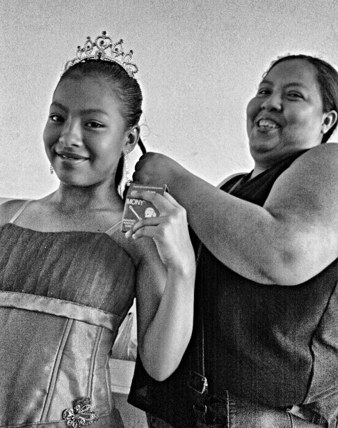 La madre peinando el cabello de su hija para la obra escolar: Cenicienta... The mother is combing her daughter's hair for the scolar play: Cinderella.