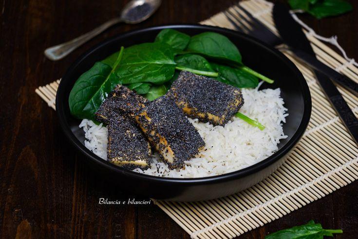 Volete cimentarmi in una ricetta sfiziosa e veloce? Vi suggerisco il tofu ai semi di papavero con riso basmati e spinacino novello.