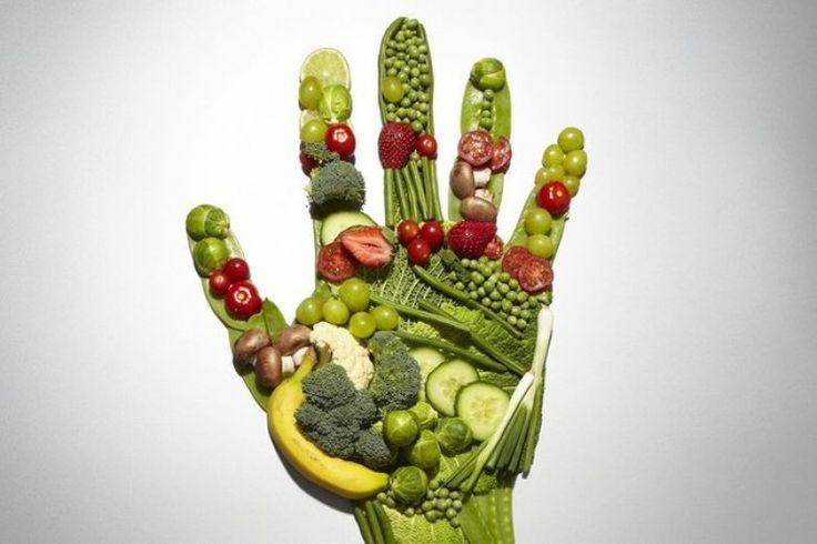 Приготовить овощной бульон очень просто. Порежьте и залейте холодной водой морковь, стебель лука порея, свеклу, два стебля сельдерея, помидор и зубчик чеснока. Добавьте веточки тимьяна и петрушки, лавровый лист и варите после кипения на медленном огне, пока овощи не станут мягкими. Можно пить на обед или ужин.