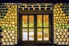 Detalle de una ventana con muro de botellas de vidrio de una cabaña ecológica en Panamá. Hermosa la construcción, en la página hay muchas fotos.