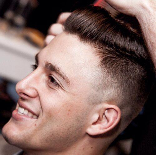 Il Doppiotaglio << Undercut >> Il doppiotaglio  disconnesso è uno dei due principali tipi di acconciature più richiesti di questo anno. Il Doppiotaglio o undercut è caratterizzato da una lunghezza di capelli corti ai lati senza cono o sfumatura , con un netto contrasto con i capelli sulla parte superiore. Questo contrasto evidente, differenza di lunghezza tra i capelli ai lati e capelli sulla parte superiore crea l'acconciatura undercut / doppio taglio disconnesso, qui ci sono una serie di…