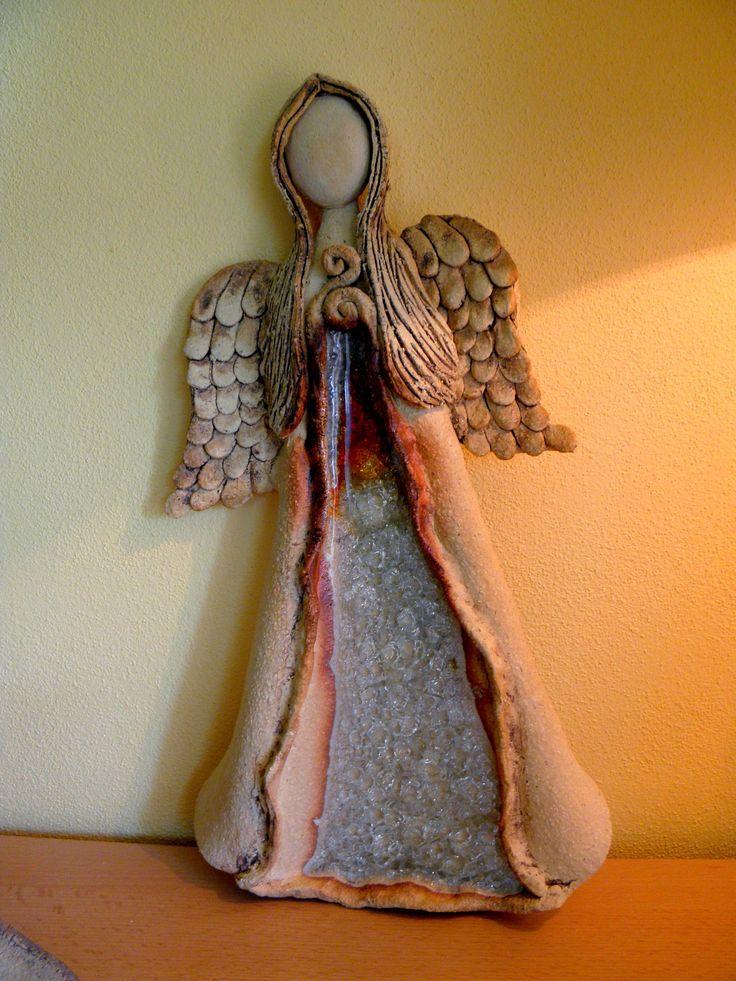 Andělinka na pověšení Šamotová hlína, zdobené tavným sklem. Výška cca 26 cm
