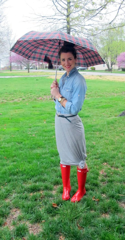 Love how she knotted her maxi skirt with the rain boots on a rainy day!