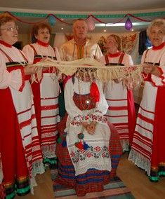 """Главными действующими лицами свадьбы были жених верöс пу и невеста гöтыр пу, вокруг которых и разворачивалась """"свадебная игра"""" (свадьба ворсöм, кöлысь)."""