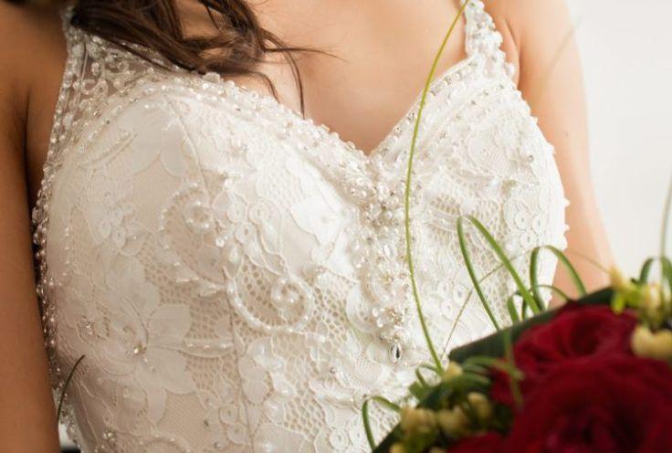abito da sposa in pizzo ricamato
