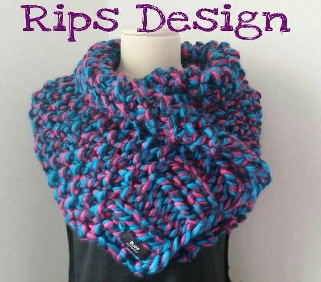 Rips Design Sciarpa in lana multicolor lavorata a mano e chiusa con spillone https://it-it.facebook.com/.../Rips-Design/...