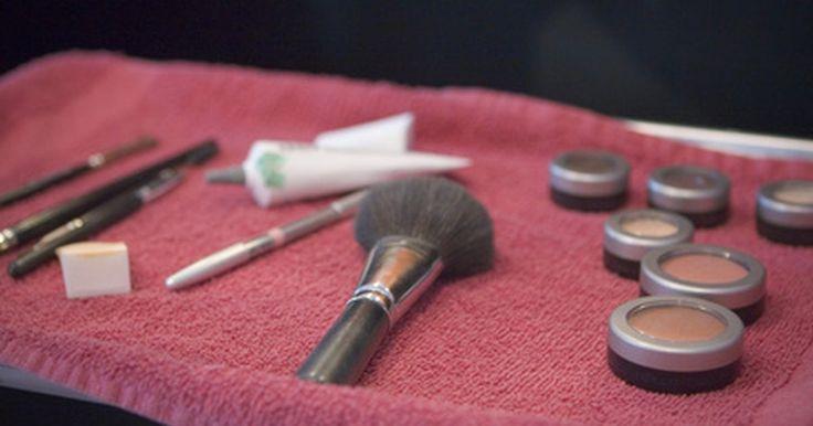 Alternativas para substituir corretivo. O corretivo é um creme cor de pele que serve para cobrir espinhas ou manchas para ajudar a escondê-las. Entretanto, o corretivo pode fazer com que você entupa seus poros. Existem opções alternativas disponíveis.