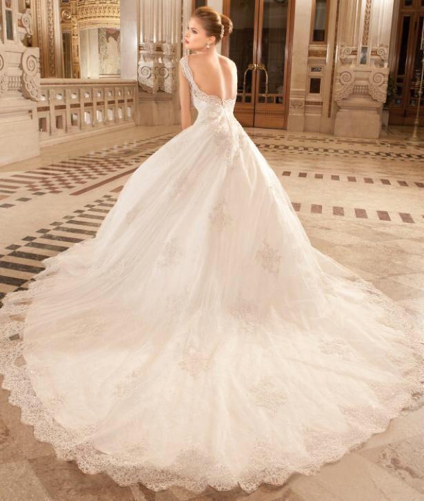 Mooie prinsessen trouwjurk van kant met hele lange sleep