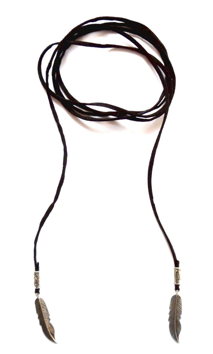 Wrap halsband i svart mocka med fjädrar i silverplätering. Halsbandet går att bära på flera sätt.  Längd: ca 150cm lång och passar att vira 1-2 varv runt