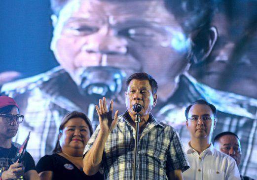 Presiden Filipina galak orang awam tembak dan bunuh pengedar dadah   Presiden Filipina yang dipilih menggalakkan orang awam membantunya memerangi jenayah dan menggesa rakyat yang memiliki senjata api untuk menembak dan membunuh pengedar dadah yang menentang tangkapan polis di kejiranan mereka.  Presiden Filipina galak orang awam bunuh pengedar dadah  Rodrigo Duterte memberitahu penyokongnya ketika meraikan kemenangan beliau lewat semalam di selatan bandar Davao bahawa rakyat Filipina yang…