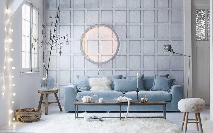 Blauwe woonkamer met sfeerverlichting | Blue living room with decorative lights | Fotografie Jeroen van der Spek | Styling Cleo Scheulderman | vtwonen December 2014