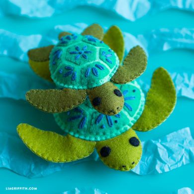 This felt turtle family is a great DIY project for practicing embroidery stitching, and once you finish you can gift them to your kids as summer goodies!