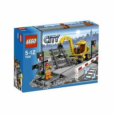Lego City - 7936 - Abaisse les barrières lorsqu'un train arrive puis soulève-les pour que les voitures traversent le passage à niveau. Aide l'ouvrier