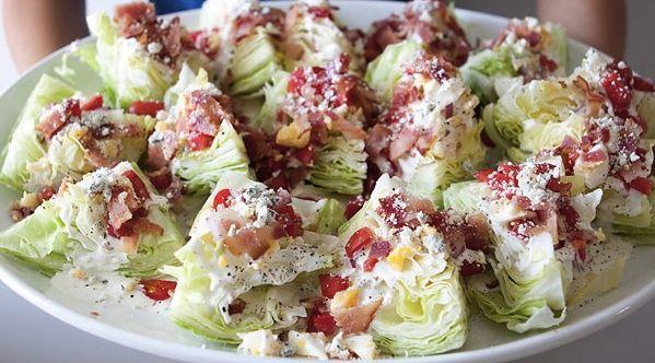 Muito fácil este modo de apresentar uma salada. Diferente e gostosa, veja abaixo: Ingredientes Alface americana Bacon cortado bem...