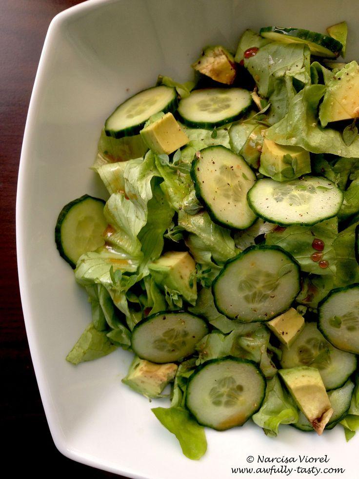 Salata verde cu avocado si castraveti.  Avocado, cucumber and green salad. Vegan recipe.