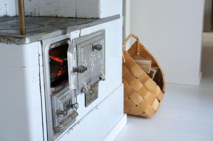 valentinesafter12 -blog #tilestove #shingle #shinglebasket #kakluuni #cozy #home #scandinavian #fireplace #fire #logs