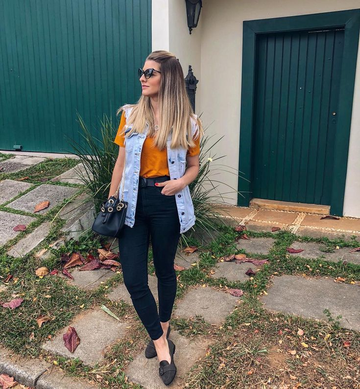 colete jeans, blusa caramelo, calça preta | Looks para recriar in 2019 | Outfits, Fashion outfits, Casual outfits