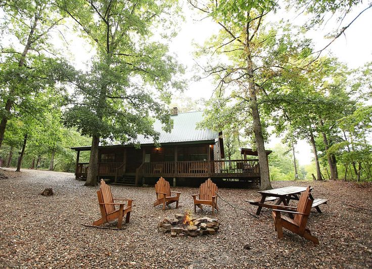 Cabin in Broken Bow, United States. White Oak Lodge - (3 Bedrooms, 2 Baths, Sleeps 8) Secluded Mountain Cabin, Hot Tub, Rock Fireplace, Large Porch & Deck, Pet Friendly, WiFi, Native Pines, 10-Acres, Adjoining National Forest, ATV Riding, Direct TV, Horse Shoe Pit, Fire Pit, and mor...