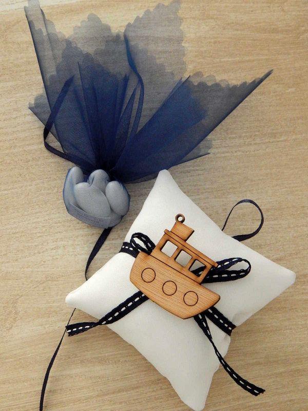 Μπομπονιέρα βάπτισης με ναυτικό θέμα - Χειροποίητο μαξιλαράκι λευκό με διακοσμητικό ξύλινο καραβάκι.