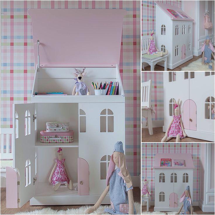 Mały domek dla lalek z mobilnym dachem