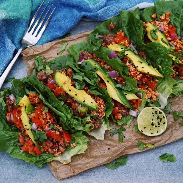 #RAW #VEGAN TACOS Cos lettuce shells w/ sun-dried tomato tofu mince, sun-dried tomato mushroom nut-mince, salsa, avocado and lime Had 8 of these in total for dinner! Uploading my new vid in the morning