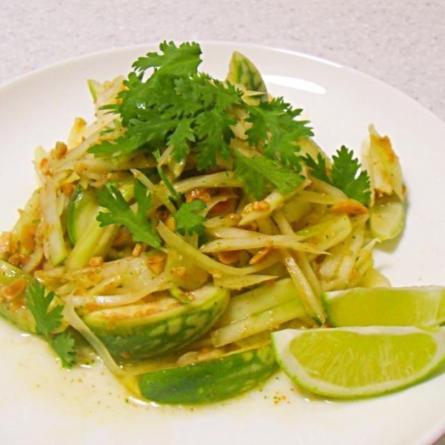 ベトフェスで野菜売ってたおネーサンが、青パパイヤとベトナム茄子、一緒に食べるとおいし〜、生でヘーキよ、言ってたので、まずは、合わせてソムタムに。 いろいろ、もらい物のエスニック食材がたくさんあったので、味の微調整は自由自在 杉✨✨ - 101件のもぐもぐ - まずは、青パパイヤとベトナムナスで、ソムタム by naoperron